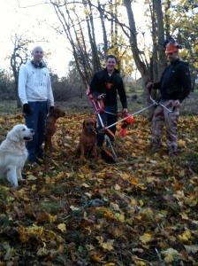 Pojkarna och hundarna glada och nöjda efter en hård arbetsdag